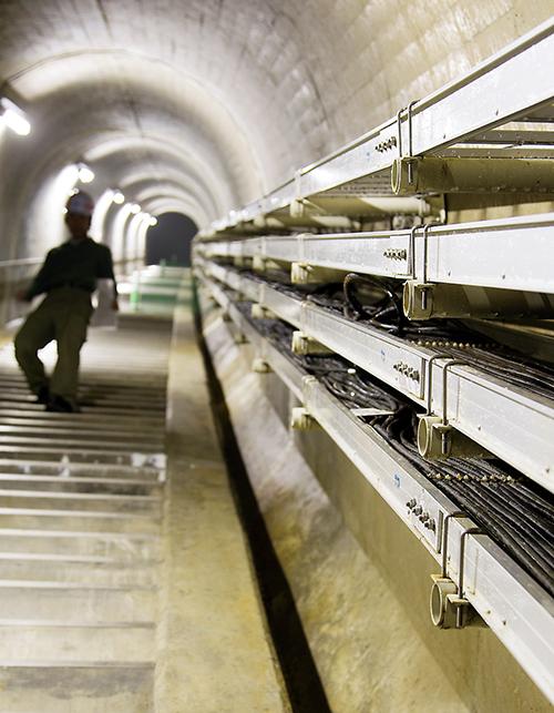 管理所から対岸まで続く監査廊にある長い階段は、なんと340段!