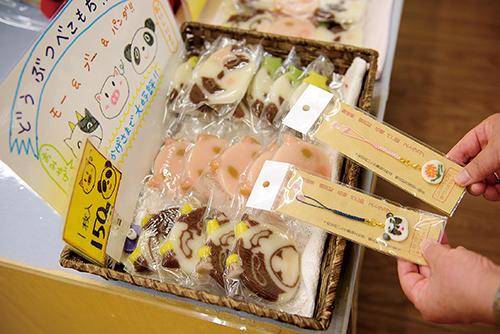 金太郎飴のような「べこもち」はこのあたりの名物。キュートなべこもちストラップ(400円)はお土産に!