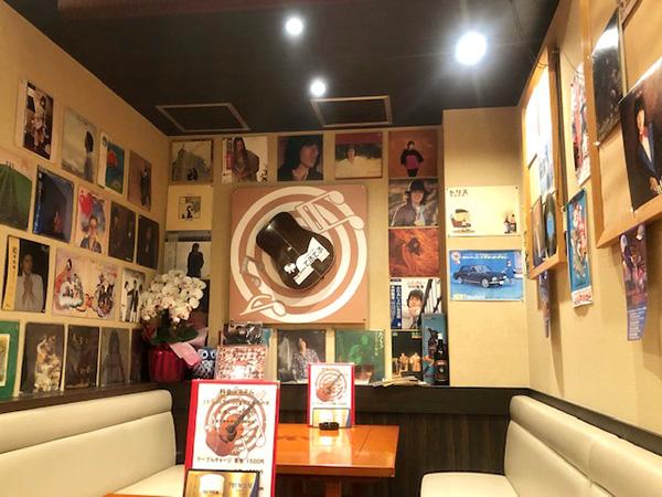 壁にかかるレコードジャケット