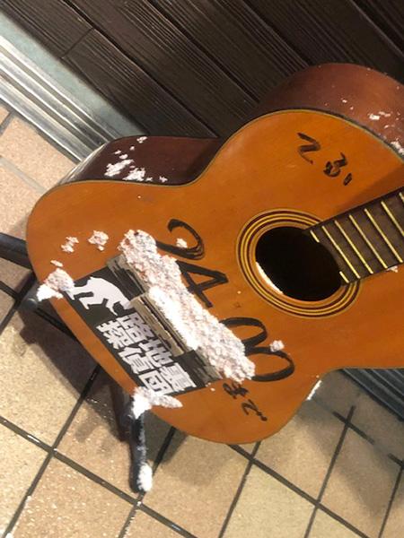 ギターに路地裏探偵団のステッカー